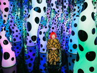 yayoi-kusama-exhibits-paintings-and-installations-at-david-zwirner-desigboom-04-590x393