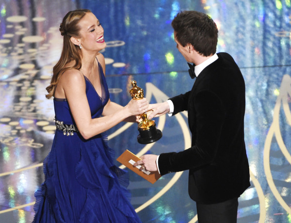 Eddie Redmayne, right, presents Brie Larson with the award for best actress in a leading role for ìRoomî at the Oscars on Sunday, Feb. 28, 2016, at the Dolby Theatre in Los Angeles. (Photo by Chris Pizzello/Invision/AP)